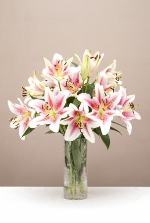 유리 제 화병에서 핑크 lillies의 꽃다발