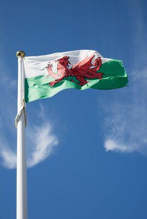 welsh flag: Bandiera gallese su uno sfondo blu cielo Archivio Fotografico