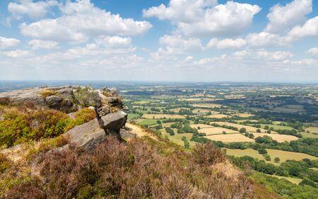 Afloramiento rocoso en Bosley Cloud en Cheshire con vistas a las llanuras Foto de archivo