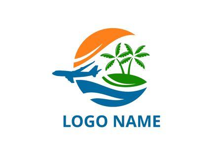 conception de logo d'avion laissant la plage dans l'icône de concept d'île tropicale pour l'agence de tourisme de voyage de voyage. Logo de vacances d'été avec océan, arbre.