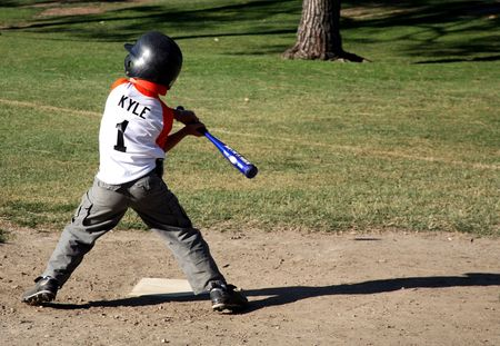 ballpark: Ni�o intenta golpear la bola fuera del ballpark