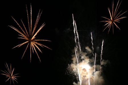 simultaneously: Multiple fireworks exploding simultaneously