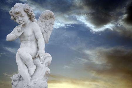 alas de angel: �ngel con el cielo spooky oscuro Foto de archivo