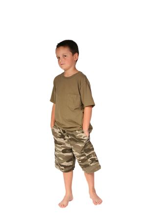 Jonge jongen met zijn handen in zijn zakken Stockfoto