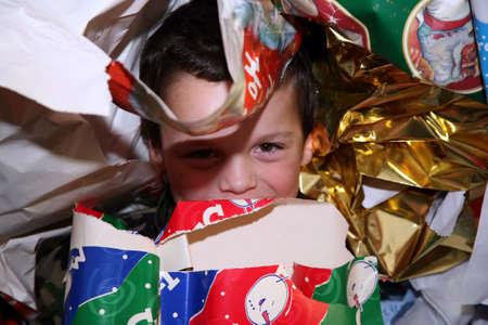 cadeaupapier: Jong en knappe jongen ondergedoken in vakantie cadeau verpakking Stockfoto