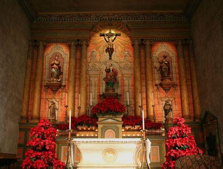 church flower: Interiore bello della chiesa alla missione della Santa Barbara in California vicino a Natale