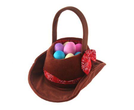 cappello cowboy: Cowboy ha effettuato su un paniere di uova di Pasqua  Archivio Fotografico