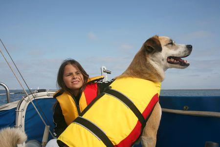 bateau voile: Akita et shepard australien ont m�lang� le chien et la fille de race naviguant � travers leau