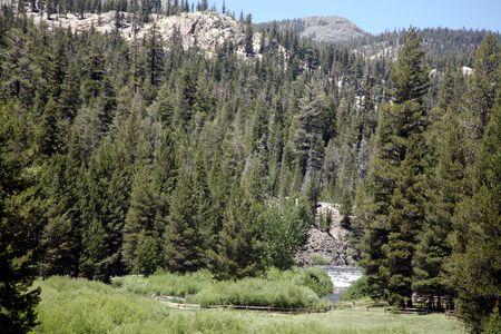 san joaquin valley: San Joaquin river flowing through the valley near Devils Postpile in California