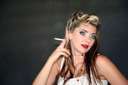 豪華なセクシーなホット ブルネットの女性が喫煙を目します。