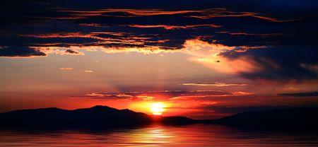 カリフォルニア州とネバダ州レイク タホに壮大な日の出や日没の美しい山々