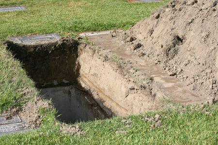 Grave excavado ya la espera de un órgano para ser enterrado en ella