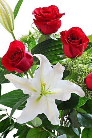 lirio blanco: Ramo de rosas rojas y lirio blanco