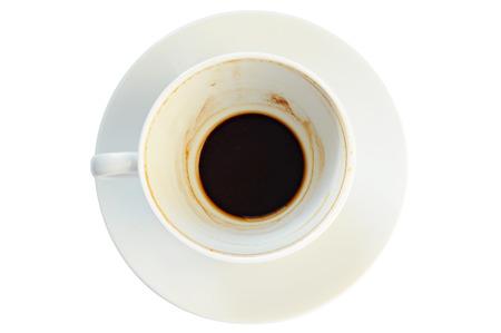terreno: tazza di caffè sporca con fondi di caffè, su un piatto, sfondo bianco