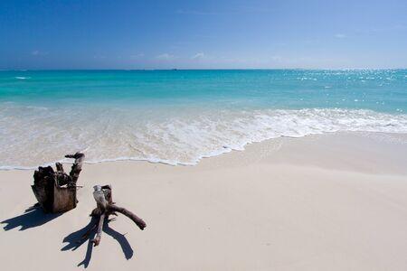 arena blanca: Playa tropical con arena blanca frente al mar