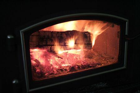 poele bois: Fourneau en bois avec un feu de flambage br�lant � lint�rieur