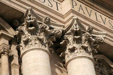 ciudad del vaticano: Ornamentadas columnas corintias de la Bas�lica de San Pedro en la Ciudad del Vaticano
