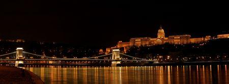 szechenyi: Panorama de la noche el castillo de Buda y de la cadena de puente Szechenyi en Budapest, Hungr�a  Foto de archivo