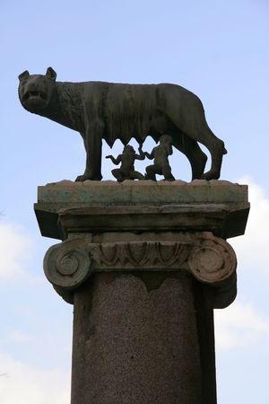 spqr: Ella-lobo que alimenta Romulus (el fundador de Roma) y Remus: s�mbolo romano antiguo en la colina de Capitoline
