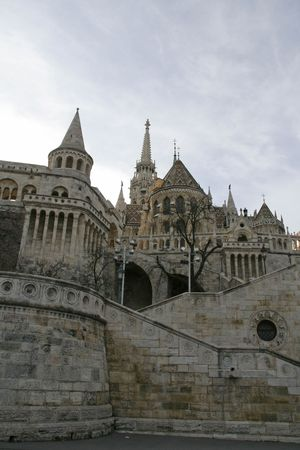 halaszbastya: Bastione dei Pescatori (Halaszbastya) a Budapest con la Chiesa Mattia (Matyas Templom) in background Archivio Fotografico