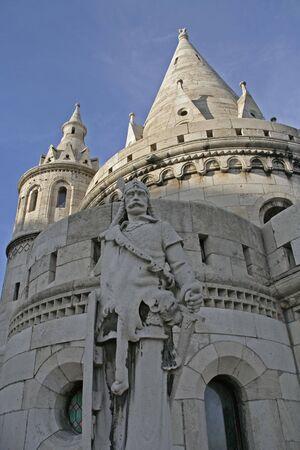halaszbastya: Statua di un soldato medievale di fronte Bastione dei Pescatori (Halaszbastya) a Budapest
