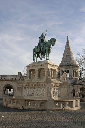 halaszbastya: Statua di una Stefano I di Ungheria all'interno di Fisherman's Bastion (Halaszbastya) a Budapest  Archivio Fotografico