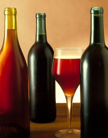 3 つのワインのボトル & ワイン グラス