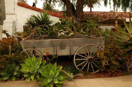 carreta madera: Viejo vag�n de madera utilizada como un jard�n maceta