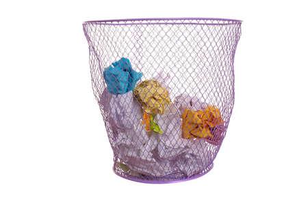 wastepaper basket: Mesh cestino con carta sgualciti isolato su bianco