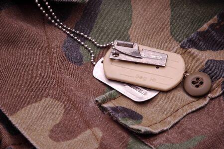 etiquetas de ropa: Militar Dog etiquetas de descanso en material de camuflaje  Foto de archivo