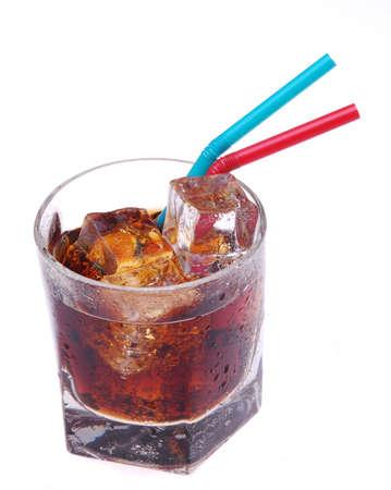 carbonation: Vaso de Cola con pajitas aislados en blanco