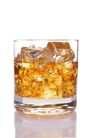 Whiskey en verre de glace avec la réflexion isolée sur blanc  Banque d'images