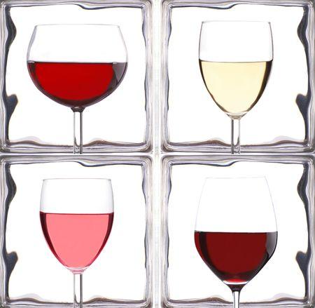 cabernet: Gafas de vino delante de una Ladrillos de vidrio  Foto de archivo