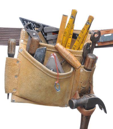 Tool Belt farcies avec un assortiment d'outils à main isolé sur blanc Banque d'images