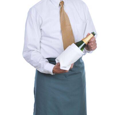 Ober bedrijf fles champagne verpakt in handdoek geïsoleerd op witte achtergrond