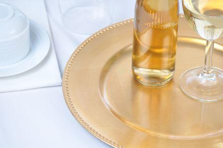 Witte wijn op lade tabel instellen Stockfoto