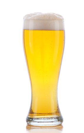 vasos de cerveza: Vaso de cerveza con la reflexi�n aislada en blanco
