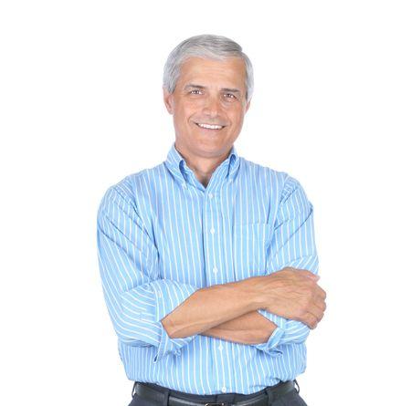 Oudere Zakenman Slijtonderdelen Blue Striped Shirt Met zijn armen Gevouwen geïsoleerd op wit Stockfoto