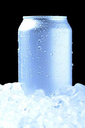 lata de refresco: El aluminio se puede beber con gotas de agua permanente en una cama de hielo - fondo negro y los tonos frescos
