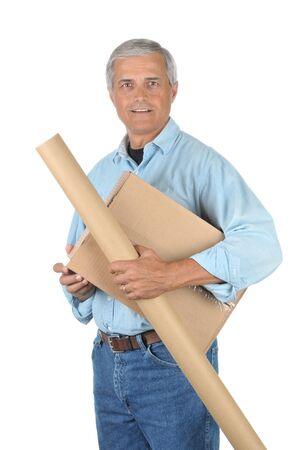 deliveryman: Sorridendo con Deliveryman Pacchi isolato su bianco