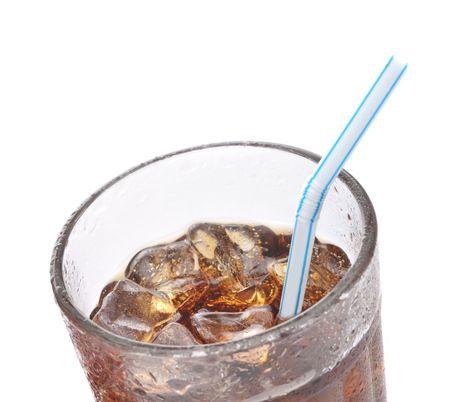 drinking straw: Soda in vetro con Drinking Straw e condensa isolati su bianco