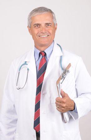 lab coat: Ritratto di un giovane dottore in Maschio Lab Cappotto con stetoscopio e Clip Board