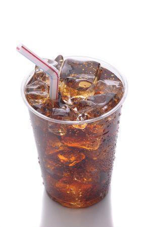 gaseosas: Copa claro de pl�stico con hielo de soda y Straw aislados en blanco con formato vertical de reflexi�n