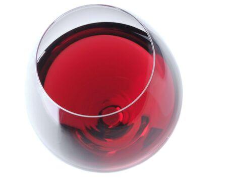 Red Wine glas bekeken vanuit hoog hoek over de lichtgrijze achtergrond met lichte reflectie