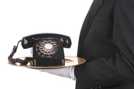 Butler contenant un vieux téléphone Rotary sur un plateau isolé sur vue côté blanc du torse de personne uniquement Banque d'images - 6979778