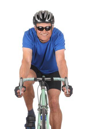 cyclist: Closeup van een Glimlachende man op een weg fiets geïsoleerd op wit. Hoofd op doodgeschoten in verticale indeling waarin alleen de bovenste helft van de fiets.