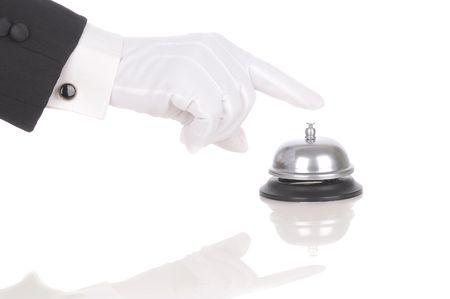 バトラーの手袋をはめた手を白で隔離されるサービス ベルに及んだ。手と腕の反射と水平方向の形式でのみ。