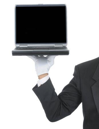 버틀러 턱시도와 그의 손에 노트북 컴퓨터를 들고 정식 장갑을 착용. 어깨 손과 팔만 흰색 세로 조성에 격리. 스톡 콘텐츠