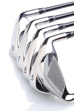 리플렉션 사용 하여 흰색 배경에 5 골프 아이언의 집합입니다.