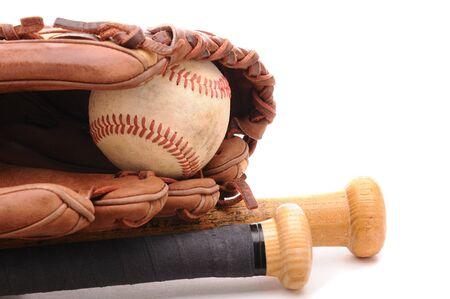 guante de beisbol: Detalle de un guante de b�isbol, pelota y dos murci�lagos en blanco con copyspace. Formato horizontal.